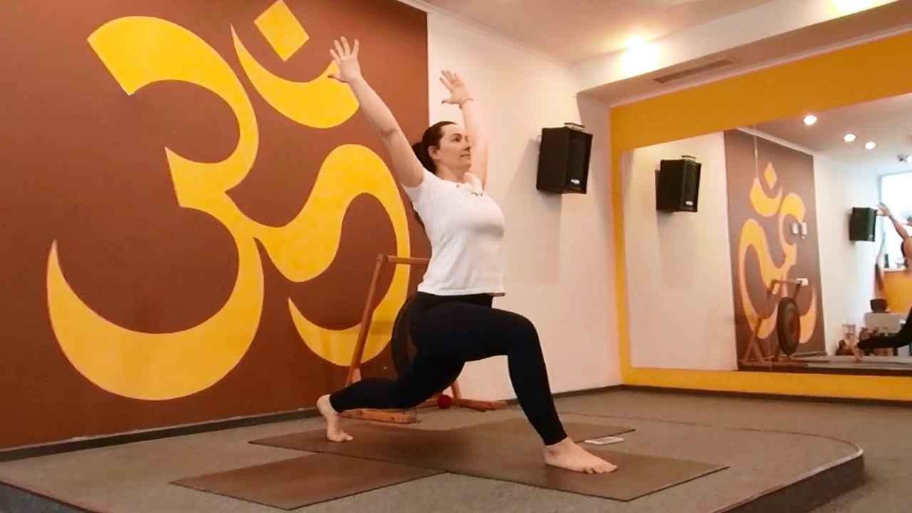 Корегуй вагу в режимі ADHOyoga. Частина 2. Працюємо з м'язами ніг і спиною